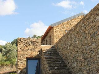 Germano de Castro Pinheiro, Lda Casas de estilo rústico Piedra