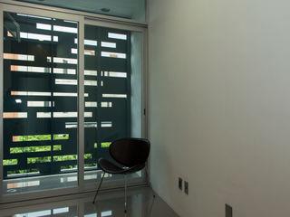 Casas Trapecio INDICO Balcones y terrazas modernos Metal