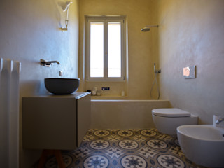 K.B. Ristrutturazioni クラシックスタイルの お風呂・バスルーム タイル