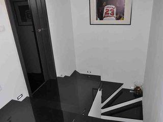 Merkam - Łódź ul. Św. Jerzego 9 玄関&廊下&階段階段 花崗岩 黒色