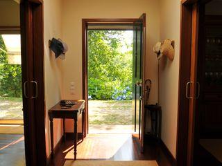 Luisa Pinho Arte e Decoração Colonial style corridor, hallway& stairs
