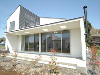 自然と共存する家 合同会社 栗原弘建築設計事務所 モダンな 家 金属 白色