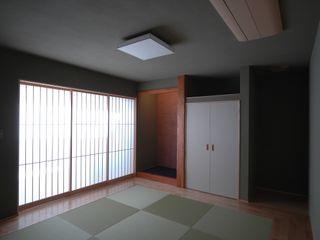 自然と共存する家 合同会社 栗原弘建築設計事務所 モダンデザインの 多目的室 無垢材 緑