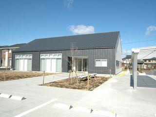 高萩町公民館 合同会社 栗原弘建築設計事務所 モダンデザインの 多目的室 金属 灰色