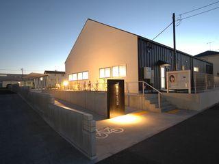 高萩町公民館 合同会社 栗原弘建築設計事務所 モダンデザインの 多目的室 石 白色