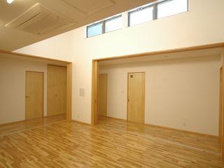 ジユウノ間の家 合同会社 栗原弘建築設計事務所 モダンデザインの 多目的室 木 木目調