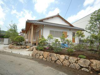 岩舟の家 合同会社 栗原弘建築設計事務所 クラシカルな 家 木 白色
