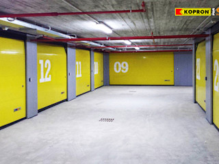 Portoni Sezionali per garage Kopron S.p.A. Garage/Rimessa in stile moderno