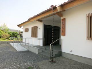 福井建築設計室 Palacios de congresos de estilo clásico Blanco