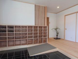 福井建築設計室 Vestíbulos, pasillos y escalerasAlmacenamiento Madera Blanco