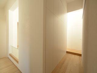 Bongiana Architetture Minimalist corridor, hallway & stairs