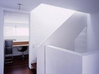 Fürst & Niedermaier, Architekten Pasillos, vestíbulos y escaleras modernos Madera