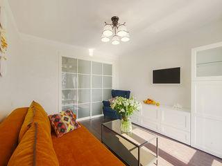 Маленькая квартира для аренды Порядок вещей - дизайн-бюро Гостиная в скандинавском стиле