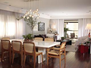 Fernanda Moreira - DESIGN DE INTERIORES Modern dining room Wood White