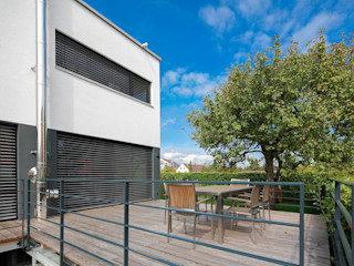 Eigenheim in Lerchenfeld Herzog-Architektur Moderner Balkon, Veranda & Terrasse