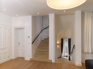 Mayr & Glatzl Innenarchitektur Gmbh Classic style corridor, hallway and stairs