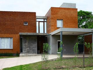 AGUIRRE+VAZQUEZ Modern houses Bricks Red