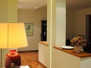 Appartamento M+E ArchitetturaTerapia® Ingresso, Corridoio & Scale in stile moderno