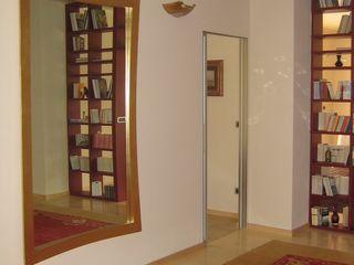 Appartamento I+R ArchitetturaTerapia® Ingresso, Corridoio & Scale in stile moderno