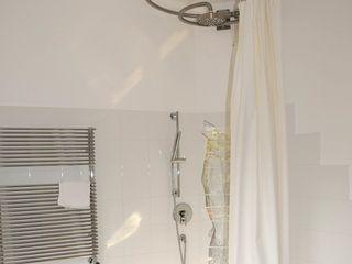 Appartamento I+R ArchitetturaTerapia® Bagno minimalista Ferro / Acciaio Bianco