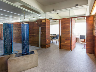 OFICINAS O&H Barra de Arquitectura Mexicana Pasillos, vestíbulos y escaleras industriales Madera maciza Acabado en madera