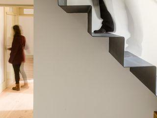 Vila Isolina Clínica de Arquitectura Modern Corridor, Hallway and Staircase Iron/Steel Metallic/Silver