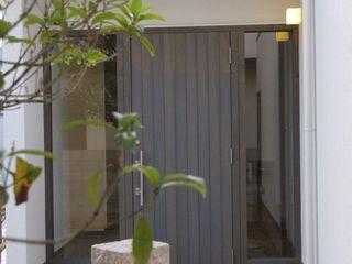一級建築士事務所 Eee works Pasillos, vestíbulos y escaleras de estilo moderno Multicolor