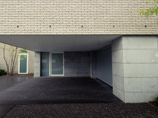 Luc Spits Architecture Гараж в стиле модерн