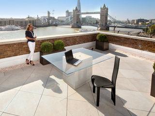 Roof Terrace near Tower Bridge, London PrimaPorcelain 地中海デザインの テラス 磁器