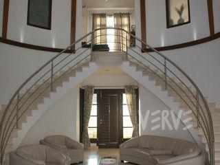 VILLA VERVE GROUP Modern corridor, hallway & stairs Iron/Steel White