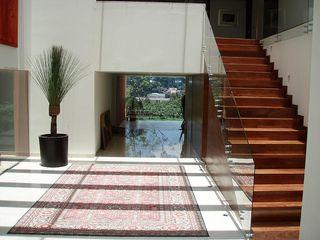 Mayúscula Arquitectos Moderne gangen, hallen & trappenhuizen