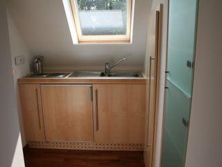 Nischenlösung für ein Schlafzimmer Pentryküche falk-raum-design-systeme Minimalistische Küchen Holzwerkstoff
