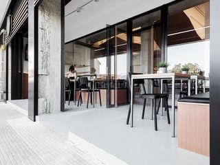 Nan Arquitectos Bars & clubs modernes Aluminium/Zinc Noir