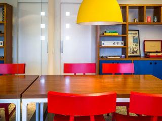 Apartamento para jovem casal. Enzo Sobocinski Arquitetura & Interiores Salas de jantar modernas Madeira Multi colorido