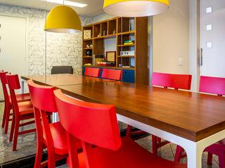 Apartamento para jovem casal. Enzo Sobocinski Arquitetura & Interiores Salas de jantar modernas Madeira Vermelho
