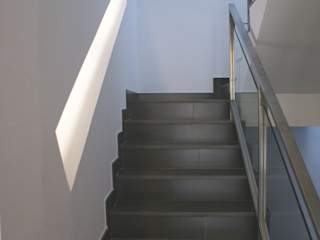 Edificio de 4 viviendas de diseño en zona centro de Sevilla FABRICA DE ARQUITECTURA Pasillos, vestíbulos y escaleras de estilo moderno