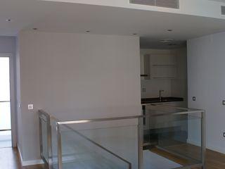 Edificio de 4 viviendas de diseño en zona centro de Sevilla FABRICA DE ARQUITECTURA Salones de estilo moderno