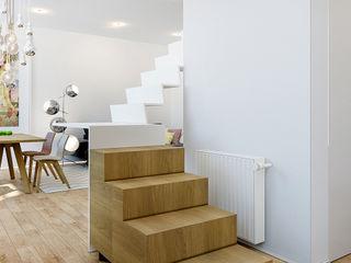 ZR-architects Skandinavischer Flur, Diele & Treppenhaus Eisen/Stahl Weiß