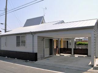 モリモトアトリエ / morimoto atelier Moderne Garagen & Schuppen Metall Metallic/Silber