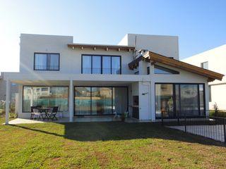 2424 ARQUITECTURA Casas de estilo moderno Madera Blanco