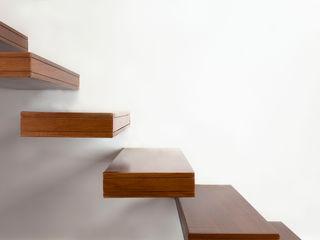Casa de Família, Restelo Spacemakers Corredores, halls e escadas minimalistas Madeira maciça Acabamento em madeira