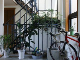 TOKYO STANDARD HOUSE case2 HOUSETRAD CO.,LTD モダンスタイルの 玄関&廊下&階段