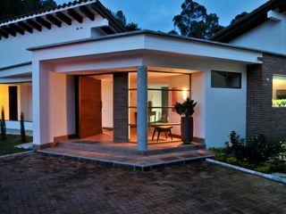 WVARQUITECTOS Classic style houses