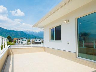 株式会社ルティロワ 一級建築士事務所 Balcones y terrazas de estilo moderno