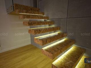 SOLED Projekty i Dekoracje Świetlne Jacek Solka ห้องโถงทางเดินและบันไดสมัยใหม่