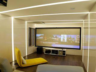 NA ARCHITECTS Медиа комната в стиле модерн