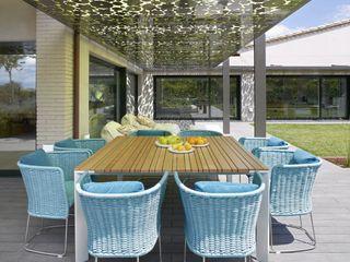 Exteriores vivienda en un golf ruiz narvaiza associats sl Balcones y terrazas de estilo moderno