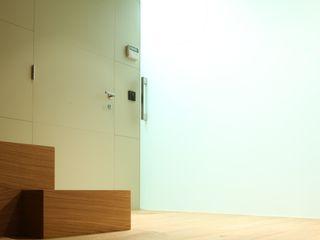 Vivienda unifamiliar ruiz narvaiza associats sl Pasillos, vestíbulos y escaleras de estilo moderno