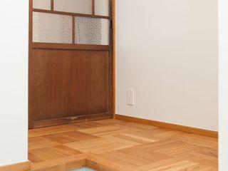 アトリエdoor一級建築士事務所 亞洲風玄關、階梯與走廊 Wood effect