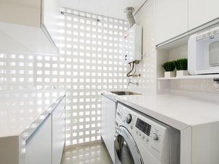 TRÍADE ARQUITETURA Modern kitchen Wood White